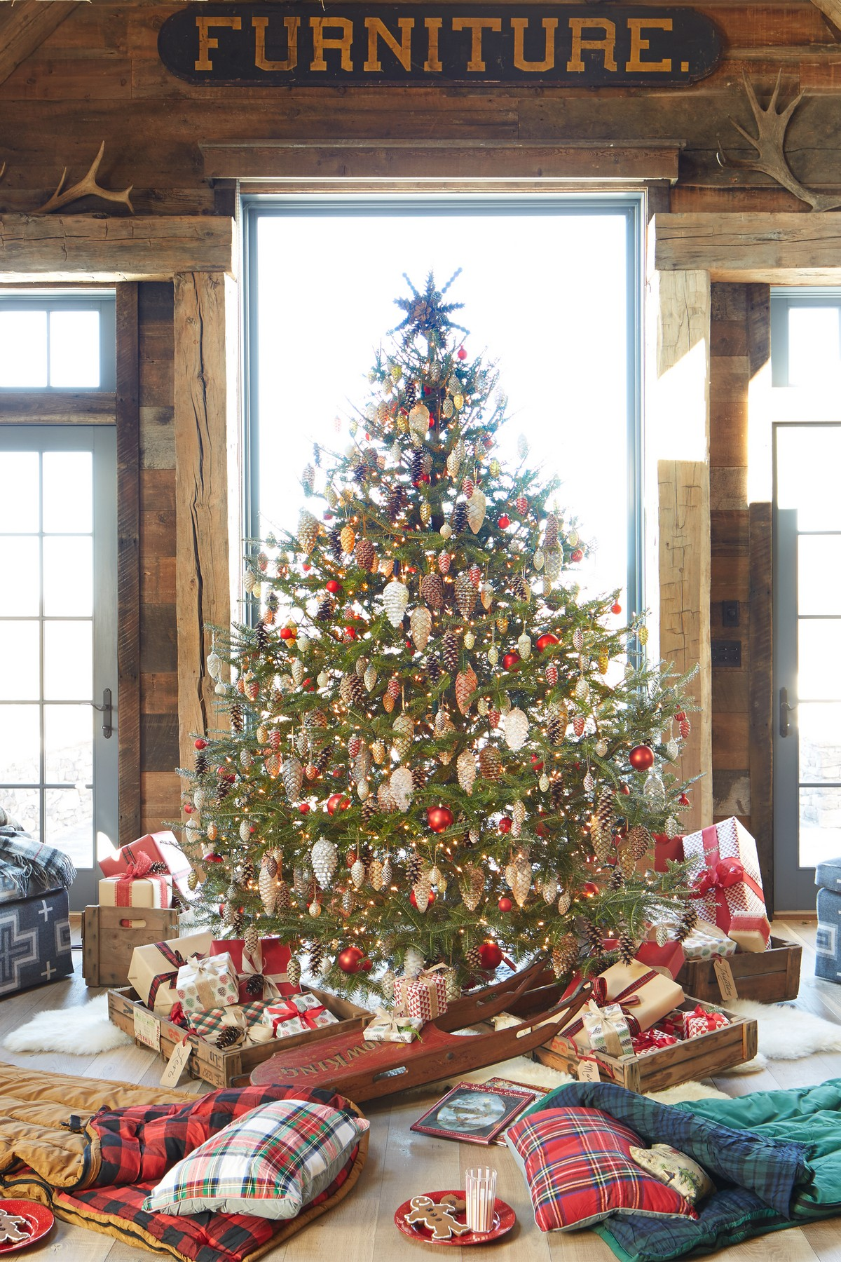 6 Mesmerizing Ways To Decor Your Christmas Tree This Holiday | Streets are already starting to shine with all of the traditional fairy lights that warm up people's hearts. #christmasdecor #christmastree #homedecor #fairylights #christmasspirit #interiordesign  6 Mesmerizing Ways To Decor Your Christmas Tree This Holiday 1477510018 clx010115wellperkins 09
