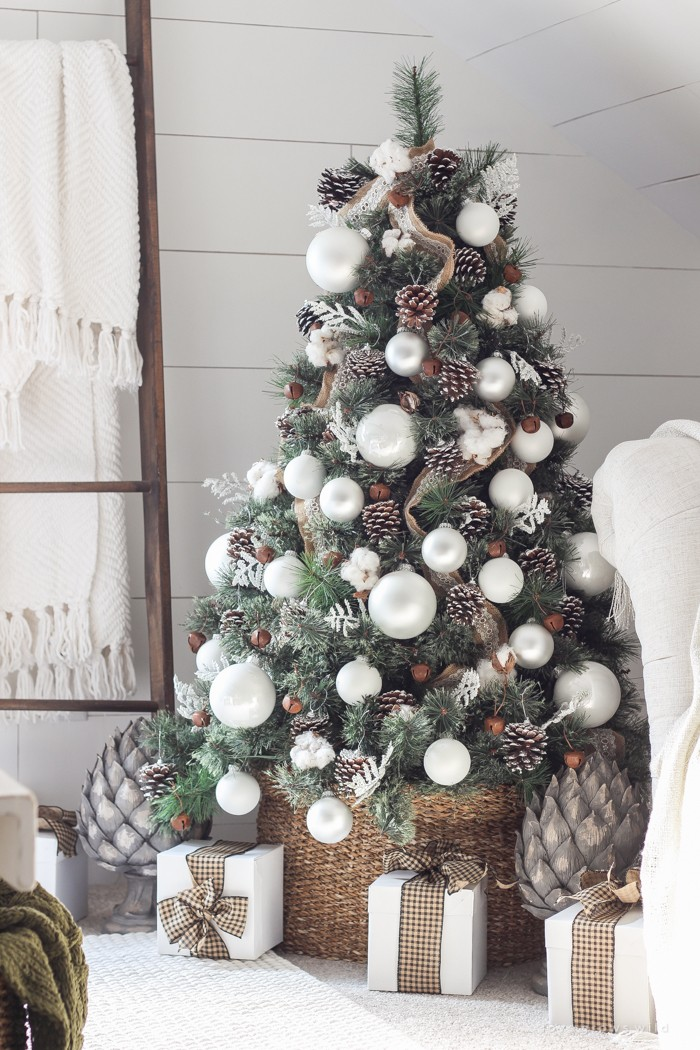 6 Mesmerizing Ways To Decor Your Christmas Tree This Holiday | Streets are already starting to shine with all of the traditional fairy lights that warm up people's hearts. #christmasdecor #christmastree #homedecor #fairylights #christmasspirit #interiordesign  6 Mesmerizing Ways To Decor Your Christmas Tree This Holiday Simple Farmhouse Christmas Bedroom 12