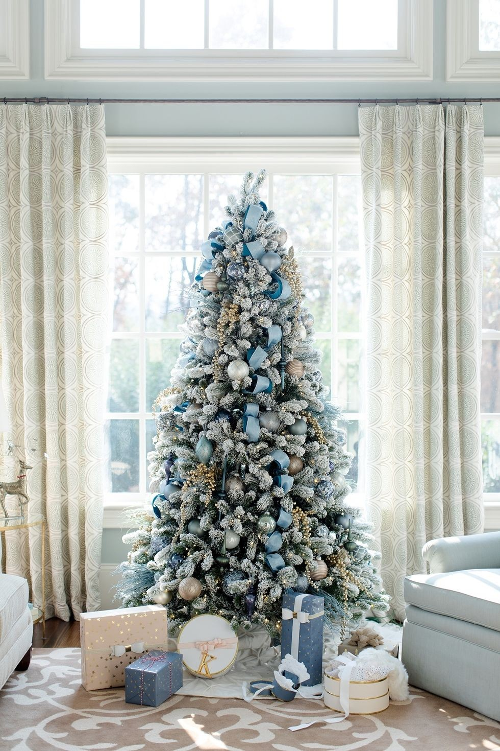 6 Mesmerizing Ways To Decor Your Christmas Tree This Holiday | Streets are already starting to shine with all of the traditional fairy lights that warm up people's hearts. #christmasdecor #christmastree #homedecor #fairylights #christmasspirit #interiordesign  6 Mesmerizing Ways To Decor Your Christmas Tree This Holiday christmas tree decorations 2 1505317316