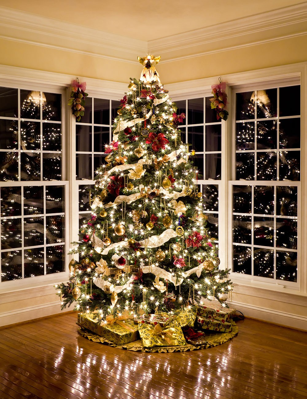6 Mesmerizing Ways To Decor Your Christmas Tree This Holiday | Streets are already starting to shine with all of the traditional fairy lights that warm up people's hearts. #christmasdecor #christmastree #homedecor #fairylights #christmasspirit #interiordesign  6 Mesmerizing Ways To Decor Your Christmas Tree This Holiday shonna fox designer christmas trees